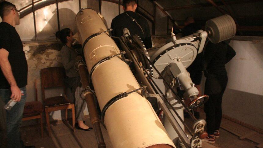 Този телескоп е първият. Той е военен трофей от 2-та световна война. Изработен е в Германия п о поръчка на Хитлер като подарък за Мусолини, но никога не стига до него. Телескопът е удивително добър ис сега след повече от 70 години работа.