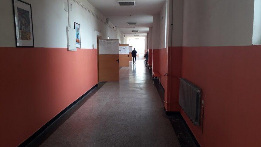 След паното към изборните секции, които от утре отново ще бъдат класни стаи